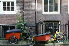 Bycicles delante de la casa del ladrillo Imagen de archivo libre de regalías