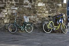 Bycicles en una pared en Florencia fotografía de archivo