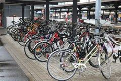 Bycicles ha parcheggiato vicino alla stazione ferroviaria immagini stock libere da diritti