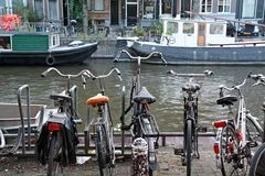 Bycicles i houseboats w Amsterdam Fotografia Stock