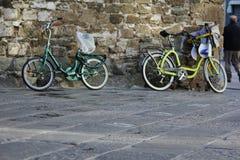 Bycicles op een muur in Florence royalty-vrije stock afbeeldingen