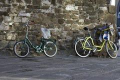 Bycicles op een muur in Florence stock fotografie