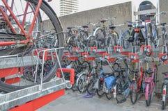 Bycicles parcheggiato a Amsterdam i Paesi Bassi Fotografie Stock Libere da Diritti