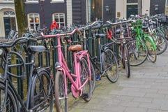 Bycicles parcheggiato a Amsterdam i Paesi Bassi fotografia stock