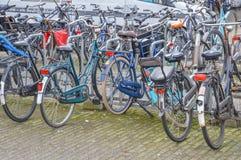 Bycicles parcheggiato a Amsterdam i Paesi Bassi Fotografia Stock Libera da Diritti