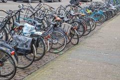 Bycicles parcheggiato a Amsterdam i Paesi Bassi Immagini Stock