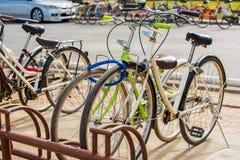 Bycicles wynajem usługa w Sukhothai dziejowym parku, Tajlandia Fotografia Royalty Free