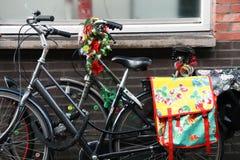 Bycicles z kwiatami na ściana z cegieł Fotografia Royalty Free