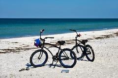 2 Bycles на пляже Стоковая Фотография