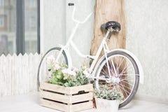 Bycycle réutilisé avec des paniers des fleurs Image stock