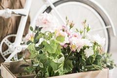 Bycycle réutilisé avec des paniers des fleurs Image libre de droits