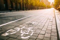 Bycycleverkeersteken, Weg het Merken van Fietspad langs Weg of Stock Foto