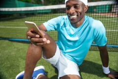 Byczy mężczyzna używa smartphone na sądzie obraz royalty free
