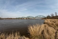 Bydgoszcz, kujawsko-pomorskie/Polonia - abril, 3, 2019: Un puente de acero viejo sobre un río grande en Europa El cruzar para los imagen de archivo