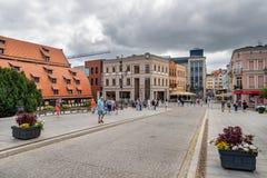 Bydgoszcz kujawskopomorskie/Polen - Juni 27, 2019: Härliga historiska byggnader på den Brda floden Gammal hyreshusar och modernt arkivbild