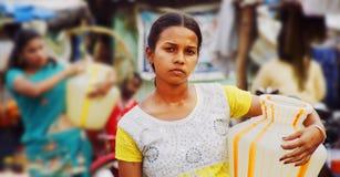 Byflickor som bär vatten, lägger in i södra Indien Arkivfoton