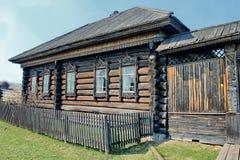Bygata i sommaren Träjournalkojor i den ryska byn Gammal trähus-monument av forntida träarkitektur royaltyfria foton