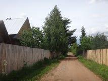 Bygata med hus på en sommardag Arkivfoto