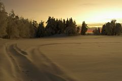 bygd över snöig solnedgång Arkivbild