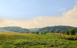 Bygd av regionen Horezu från Rumänien med kullar, berg och fileds, hösttid arkivbild
