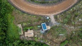 Bygd för litet hus för tak för byggnad för sol- cell för flyg- sikt Royaltyfri Bild