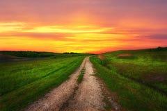 Bygdbana på bakgrunden av en härlig solnedgång royaltyfria foton