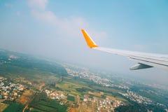Bygdby från flygplanet i Trichy, Indien arkivbild