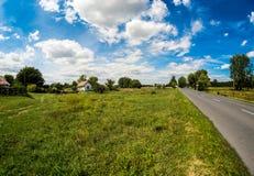Bygdväg med trevliga moln Royaltyfri Bild
