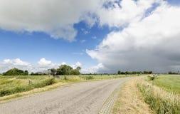 Bygdväg och blå himmel Royaltyfri Bild