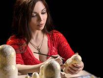 Bygga bo docka för kvinna målning - ryssmatryoshka Royaltyfria Bilder