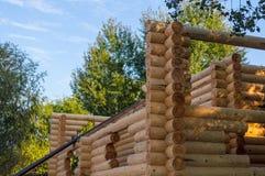 Bygga ett hus som göras av träbalkar Royaltyfri Foto