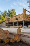 Bygga ett hus som göras av träbalkar Arkivfoto