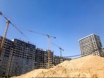 Bygga med hj?lpen av konstruktionskranar av h?g f?rst?rkt betong, panel, gjuta-ram, ram-kvarter hus, byggnader arkivfoto