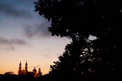 Bygga på solnedgången av San Francisco, Amerika San Francisco är en stad som lokaliseras i Kalifornien, Förenta staterna fotografering för bildbyråer