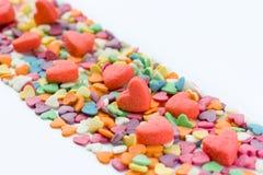 Byggande älska förhållande: väg stenlade sötsaker i form av hjärtor Förälskelsebegrepp, utrymme för text Arkivfoto