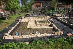 Byggande av en formell trädgård för grönsak och för ört. Royaltyfri Bild