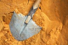 Byggande av en skyffel och av en sand Royaltyfri Foto
