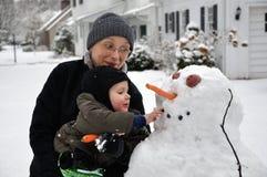 Byggande av en Snowman Arkivfoto