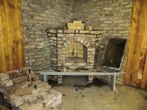 Byggande av en spis i ett hus genom att använda gamla tegelstenar Härlig mureri royaltyfri bild