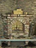 Byggande av en spis i ett hus genom att använda gamla tegelstenar Härlig mureri arkivfoton