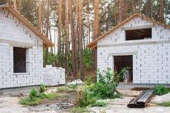 Byggande av ett hus Oavslutat pågående tegelstenhus arkivbild
