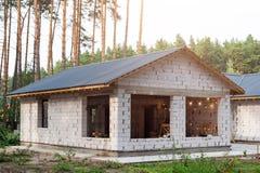 Byggande av ett hus Oavslutat pågående tegelstenhus arkivbilder