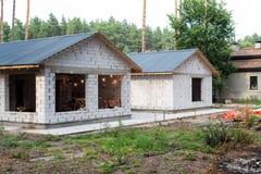 Byggande av ett hus Oavslutat pågående tegelstenhus arkivfoton