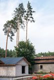 Byggande av ett hus Oavslutat pågående tegelstenhus royaltyfri foto