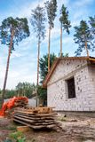 Byggande av ett hus Oavslutat pågående tegelstenhus royaltyfria bilder