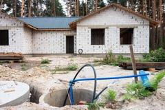Byggande av ett hus Oavslutat pågående tegelstenhus fotografering för bildbyråer