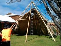 Byggande av ett tält Arkivbild