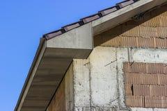 Byggande av ett tak av ett hus arkivfoton