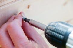 Byggande av ett träskjul med en drillborr och en skruv Arkivbilder