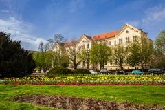 Byggande av fakulteten av lag av universitetet av Zagreb lokaliserade p? den Republiken Kroatien fyrkanten i en h?rlig v?rdag fotografering för bildbyråer